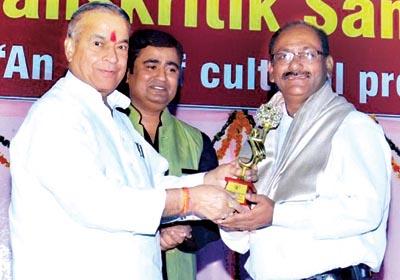 Awarded by Honble                              Shri Satya Prakash Agarwal (MLA Meerut) to Mr. Mahesh Sharma                              Director of Rishton Ka Sansar For Best Matrimonials Services