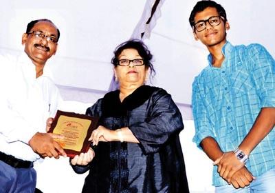 Awarded by Honble                              Smt. Saroj Khan to Mr. Mahesh Sharma Director of Rishton Ka Sansar For Best Matrimonials Services