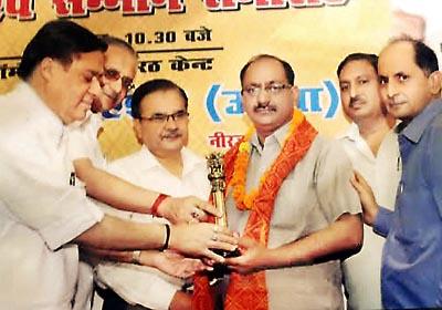 Awarded                              By Shri Ashok Goswami, Shri Mukesh Goel to Mr. Mahesh Sharma Director of Rishton Ka Sansar For Best Matrimonials Services